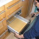 renovar-los-muebles-de-la-cocina-montador-trabajando-en-arreglos-004