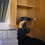 renovar-los-muebles-de-la-cocina-montador-trabajando-en-arreglos-005